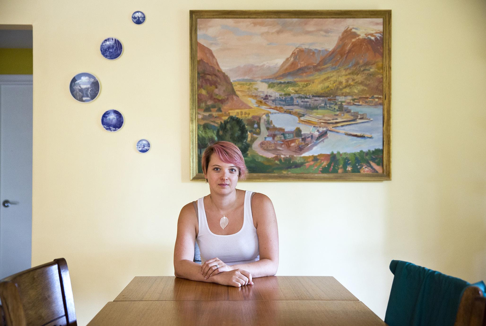 PARADISET NORGE: Over stovebordet til Emily heng utsikta over Odda, måla av  kunstnaren Ragnar Grønsdal. Emily tykkjer Norge framstår som eit paradis på jord.